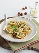 Tortelloni ripieni mit Kürbis und Haselnüssen