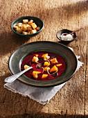Urkarottensuppe mit Mango & Croutons (Vegetarisch)