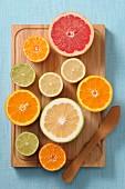 Halbierte Zitrusfrüchte auf Holzschneidebrett