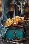 Gebackener gefüllter Eichelkürbis mit Kastanien, Pilzen und Quinoa