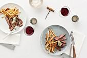 Rindersteak mit Pommes frites und Rotwein