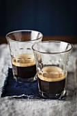 Schwarzer Kaffee in Gläsern