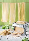 Frische hausgemachte Pasta und Pastamaschine