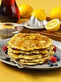 Pancakes mit Chiasamen, Sirup und Beeren