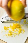 Zitronenzesten reiben