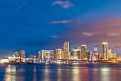 Skyline von Miami bei Nacht, Florida, USA