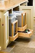 Offener Küchenunterschrank mit ausziehbarem Müllternnsystem in Holzausführung