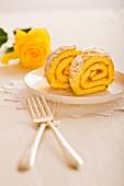 Biskuitroulade mit Aprikosenmarmelade