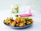 Hähnchen in Cornflakes-Panade mit Pommes frites, Pommes frites, Gemüsesticks und Gurkenjoghurt