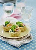 Tartlets with smoked salmon, dill and red onions