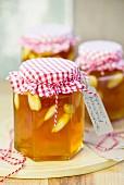 Aprikosenkonfitüre mit ganzen Mandeln in Einmachgläsern