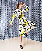 Junge Frau in Kleid mit grafischem Muster von Marni