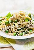 Spaghetti mit Hähnchen, Erbsen und Sahnesauce