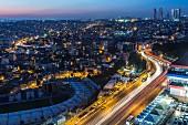 Blick auf die Stadt bei Nacht, Istanbul, Türkei