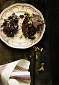 Knuspriges Schokoladenkonfekt mit Pistazien