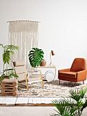 Sessel, Designer Hocker, Servierwagen, Makramee an de Wand und Zimmerpflanzen
