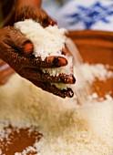 Marokkanischer Koch bei der Zubereitung von Couscous auf traditionelle Art