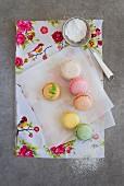 Verschiedene Macarons auf Papier mit Puderzucker