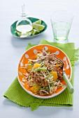 Spitzkohlsalat mit Mango, gegrillter Hähnchenbrust und Mie-Nudeln
