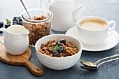 Hausgemachtes Müsli mit Milch zum Frühstück mit Kaffee