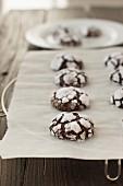 Chocolate Crinkle Cookies auf Backpapier