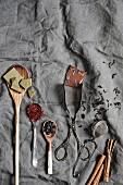 Verschiedene Aromen: Gewürze, Schokolade, Tee