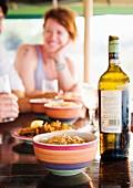Snacks und Weinflasche auf Tisch im Restaurant