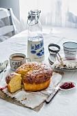 Französisches Frühstück mit Cafe Au Lait, Brioche, Konfitüre und einer Flasche Milch