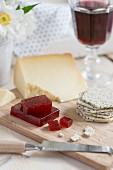 Geleewürfel mit Keks und Käse