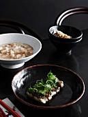 Gedämpfter Barramundi mit Chilibohnen und Senfkohl, dazu gebratener Reis mit Jakobsmuscheln und Krabben
