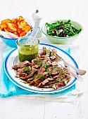 Rindfleisch mit Salsa Verde, Süsskartoffelchips und Bohnensalat