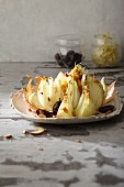 Ofengebratene Gemüsezwiebel mit Dip aus Süsskartoffeln, geräucherten Mandeln und schwarzen Oliven