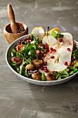 Feldsalat in Sumachvinaigrette mit Granatapfelkernen, gehobelter Birne und gebratenen Maroni