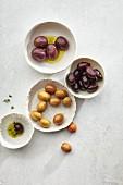 Verschiedene Olivensorten in Schälchen