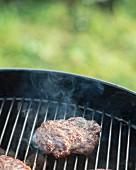 Hamburger auf Grillrost
