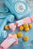 Smiley-Macarons mit Mango-Ganache