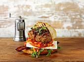 Burger mit Wurst und Salsa