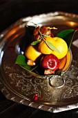 Obstteller mit Zitronen, Apfel und Datteln, Marokko, Marrakesch