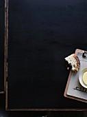 Angebissenes Brot und Butter im Restaurant