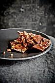 Karamell-Schokoladen-Krokant auf Teller