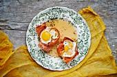 Eier in knusprig gebackener Parmaschinkenschale mit Ahornsirup