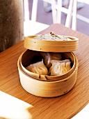 Gedämpfte Teigtäschchen im Bambusdämpfer (Asien)
