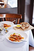 Penne mit Pancetta und Würstchen im Restaurant