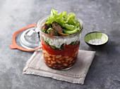 Geschichteter Paprika-Bohnen-Salat mit Feta im Glas