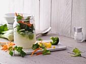 Zutaten für Minuten-Suppen zum Lunch aus dem Glas
