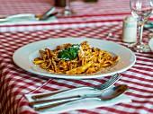 Nudeln mit Tomatensauce, Basilikum und Parmesan