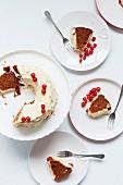 Schokoladenkuchen mit Buttercreme und roten Johannisbeeren