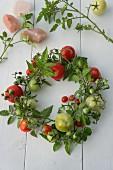 Selbstgebundener Kranz aus Tomaten und Tomatenzweigen