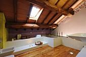 Modernes Bad mit Lärchenboden und weissen Einbauten; Dachschräge mit sichtbarer, rustikaler Holzkonstruktion und Dachflächenfenster
