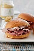 Schinken-Gänseleber-Sandwich mit Senf